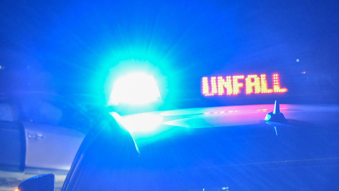 Bei dem Unfall auf der B205 bei Neumünster starben zwei Menschen, neun weitere wurden verletzt. Foto: Symbolbild.