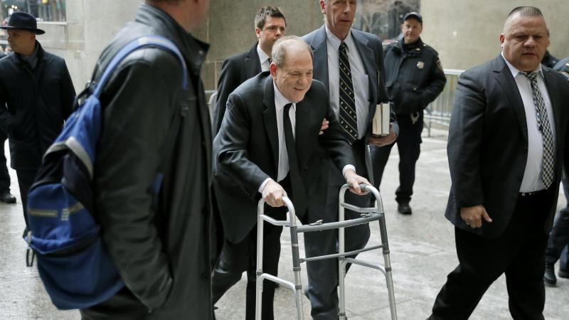 Harvey Weinstein kommt mit einer Gehhilfe am Obersten Gericht des Bundesstaates New York in Manhattan an.