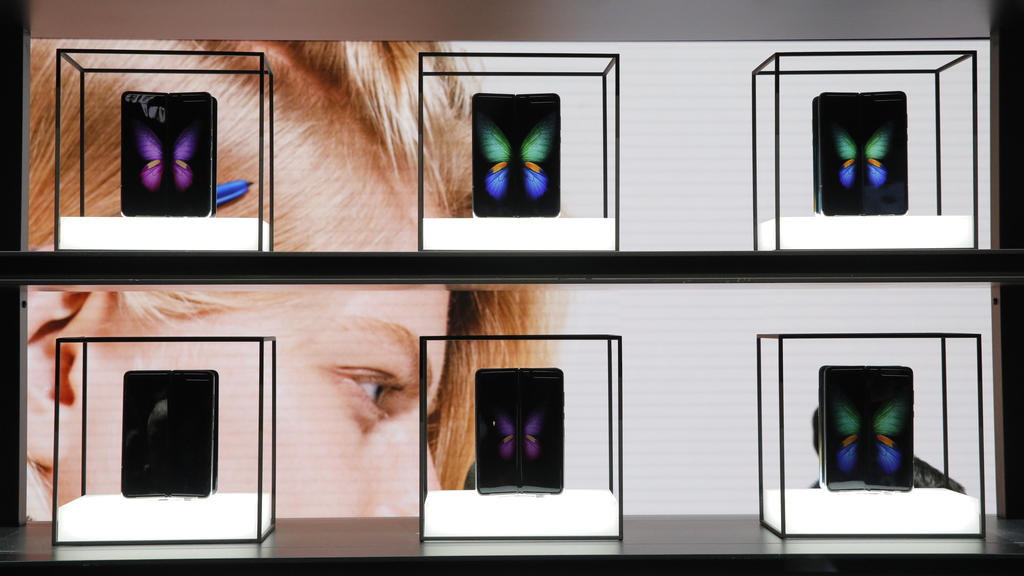 07.01.2020, USA, Las Vegas: Galaxy Fold 5G werden am Stand von Samsung auf der Technik-Messe CES ausgestellt. Foto: John Locher/AP/dpa +++ dpa-Bildfunk +++