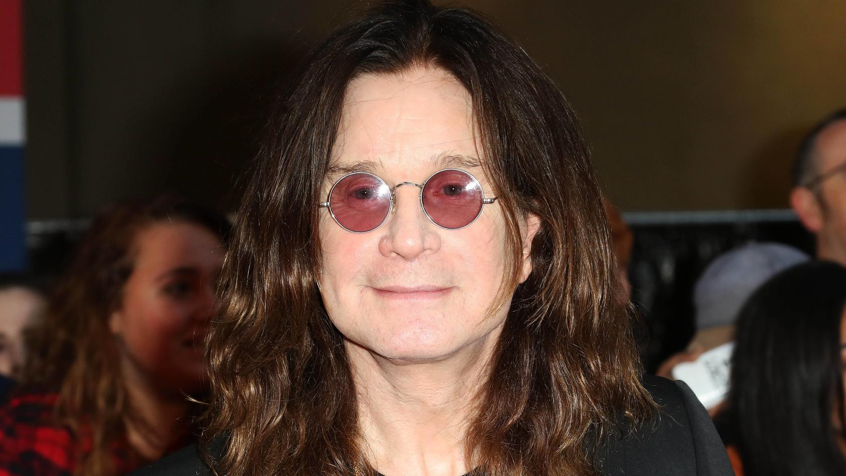 So sieht Ozzy Osbourne nicht mehr aus. Der 71-Jährige hat nun ganz graues Haar.