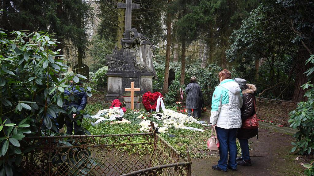 Jan Fedders Grab wurde regelrecht von Fans überlaufen - jetzt ist es gesperrt.