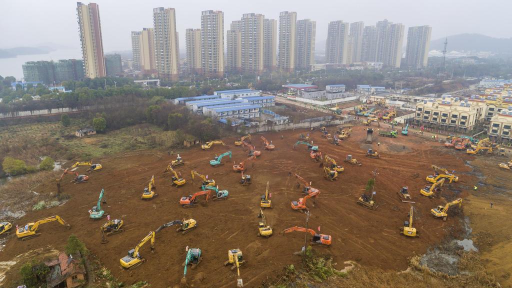 Wuhan hat bereits im Eiltempo den Bau von zwei neuen Krankenhäusern begonnen, mit einer Kapazität von insgesamt 2300 Betten.