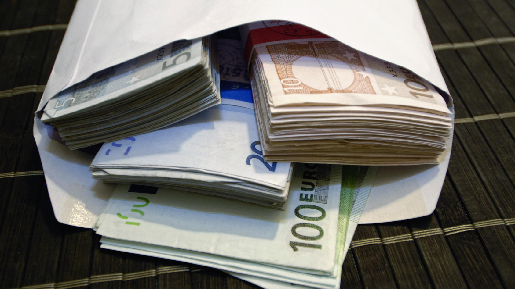Ein Haufen Geld Euros closeup close up Währung Finanzwirtschaft Schulden Schuldenloch Schuldenkrise Kredite Symbolbild S