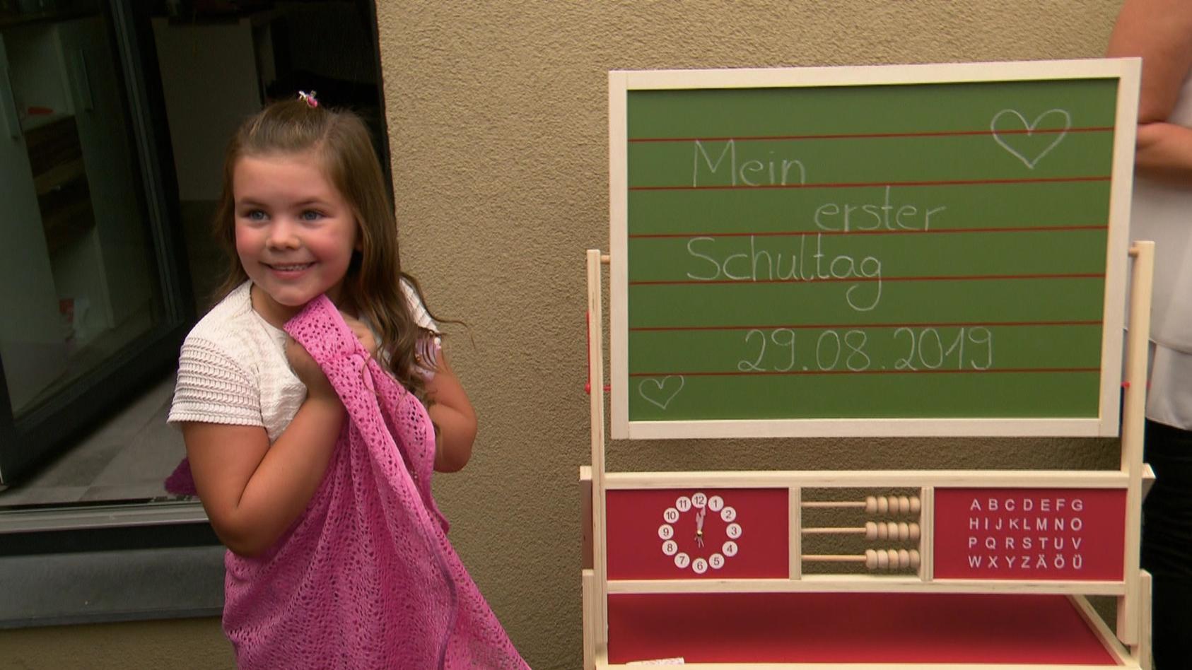 Celina Wollny an ihrem 1. Schultag.