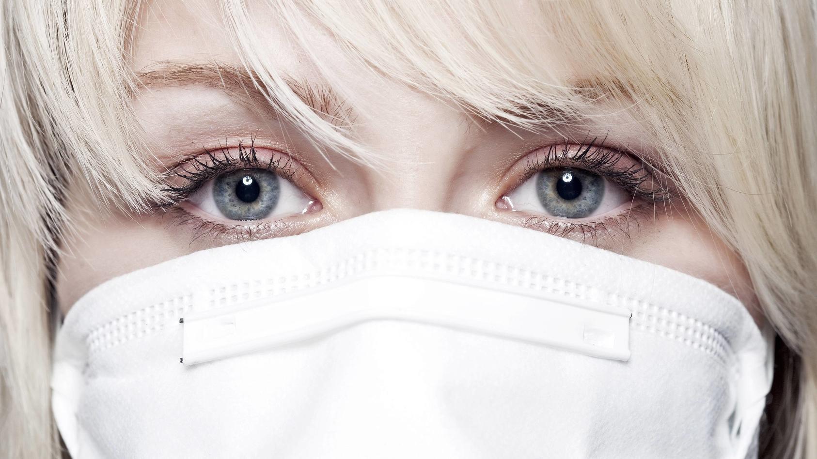 Das ständige Tragen einer Maske strapaziert die Haut und sorgt für Rötungen, Reizungen und Pickel.