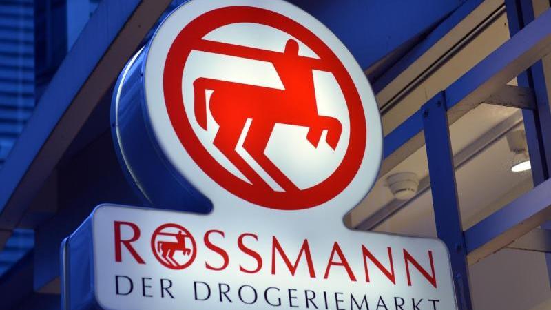 Ein Schild mit dem Logo von Rossmann.