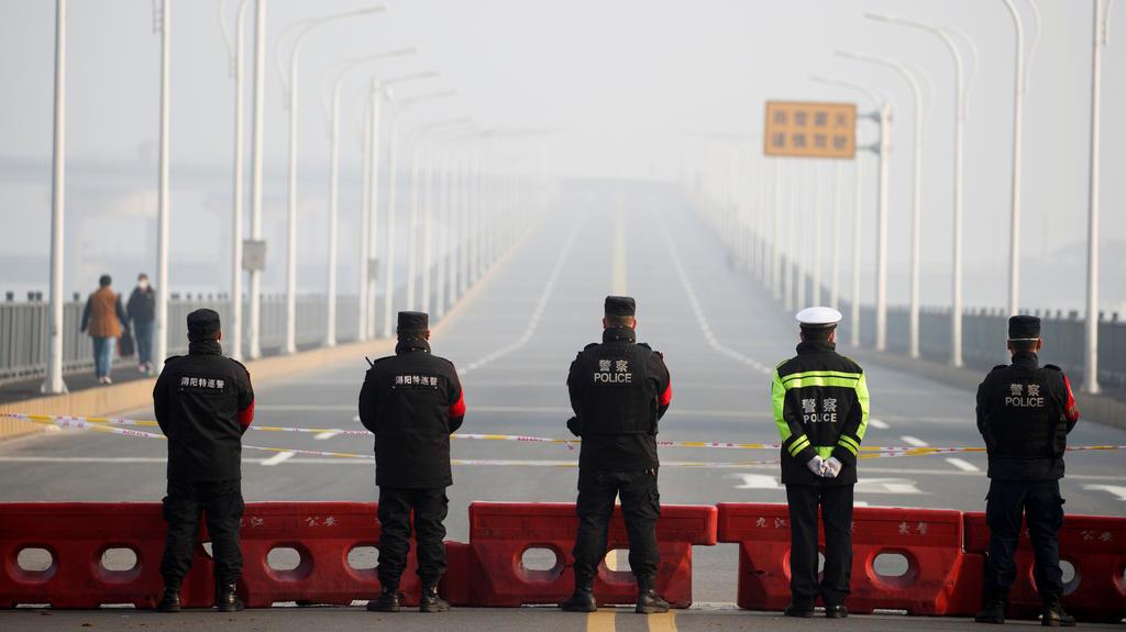 Polizei-Checkpoint an der Jiujiang Yangtze River Bridge.