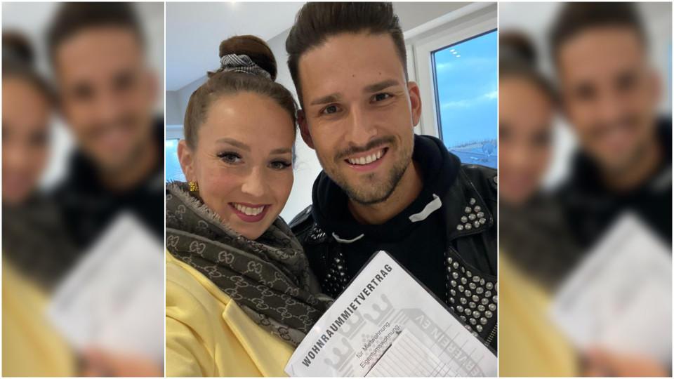 Christina und Marco zeigen total happy ihren Mietvertrag.