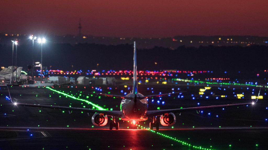 ARCHIV - 21.03.2019, Hessen, Frankfurt/Main: Ein Passagierflugzeug rollt im letzten Licht der untergehenden Sonne über die Rollbahn des Flughafens, während der Himmel rot leuchtet. Wegen einer gesichteten Drohne hat der größte deutsche Flughafen inF
