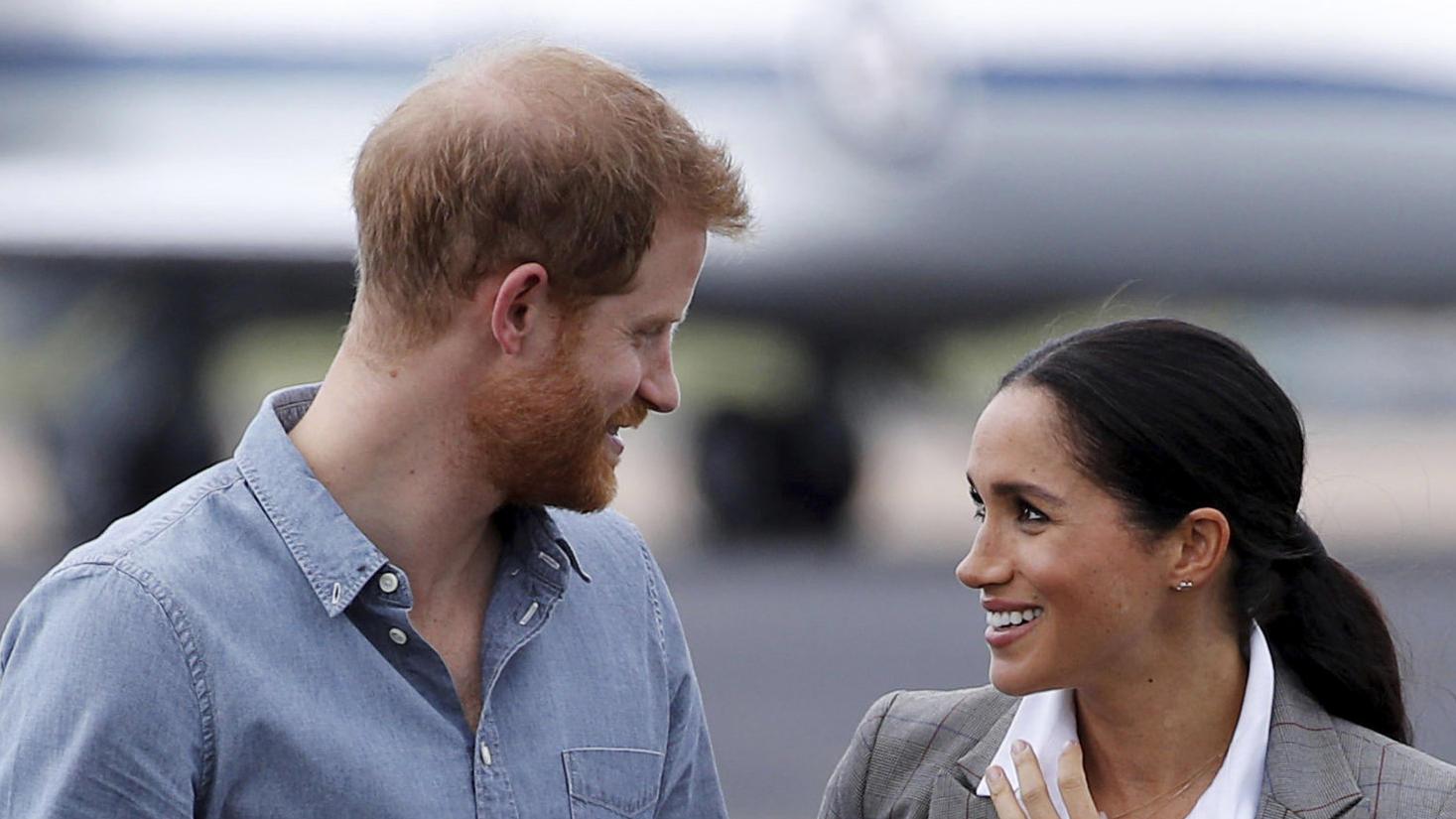 Prinz Harry und Meghan straheln. Ob die Eltern des kleinen Archies ein süßes Geheimnis hüten?