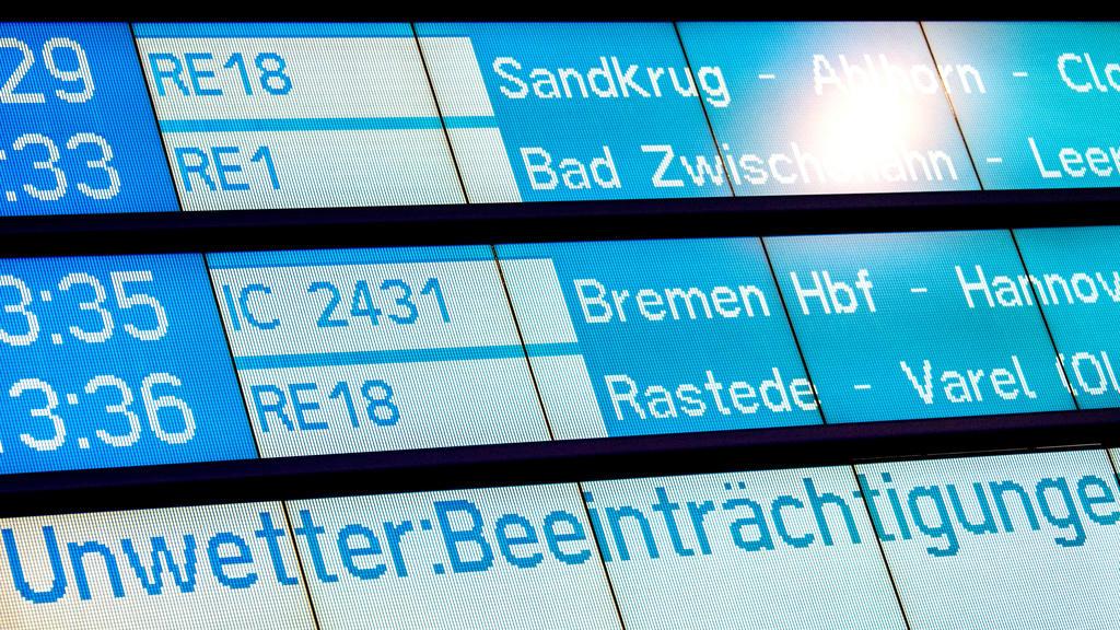 09.02.2020, Niedersachsen, Oldenburg: Eine Anzeigetafel am Hauptbahnhof warnt vor Beeinträchtigungen durch Unwetter. Die Deutsche Bahn geht aufgrund des Sturmtiefs «Sabine» von vielen Ausfällen im Zugverkehr aus. Foto: Hauke-Christian Dittrich/dpa ++