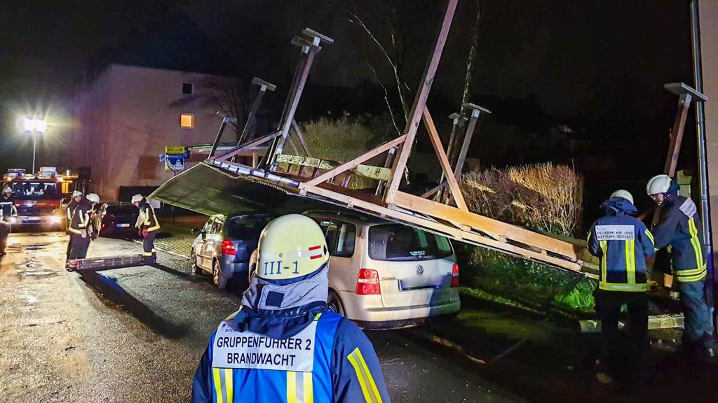 Carport-Dach liegt in Bochum auf zwei Fahrzeugen