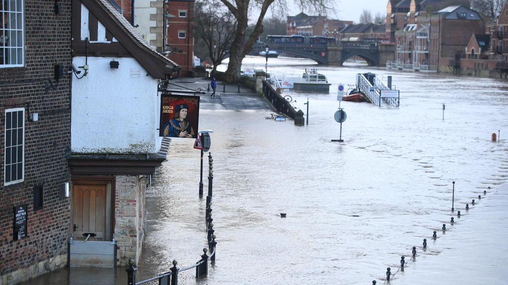 10.02.2020, Großbritannien, York: Eine Straße ist unter Wasser, nachdem der Fluss Ouse über die Ufer getreten war. In Großbritannien und Irland ist es am Wochenende zu erheblichen Verkehrsbehinderungen und Schäden durch heftigen Wind und Regen gekomm