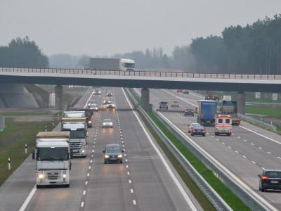 Autos fahren am 18.11.2014 auf dem Autobahndreieck Kremmen (Brandenburg) von der A24 auf die A10. 60 Millionen Euro wurden in den Ausbau der Verbindung der A10 mit der A24 investiert. Foto: Bernd Settnik/dpa +++(c) dpa - Bildfunk+++