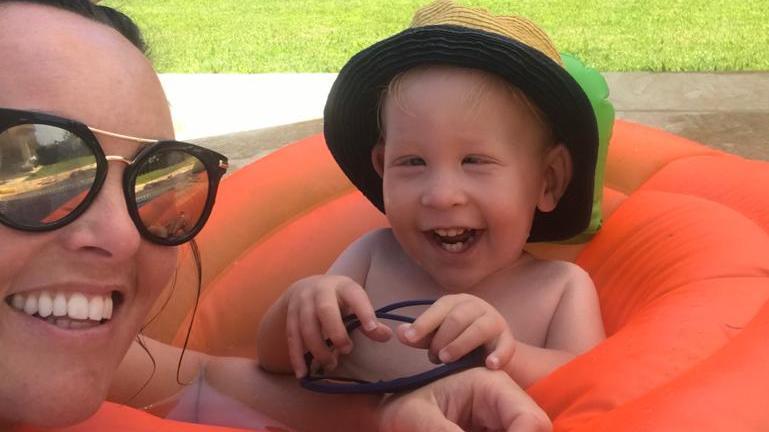 Frankie Thompson und seine Mutter Michelle zusammen im Pool