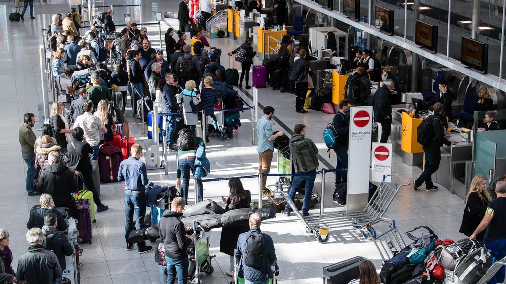 """10.02.2020, Bayern, München: Lange Schlangen haben sich an den Gepäckschaltern am Münchner Flughafen gebildet, nachdem der Flugbetrieb auf dem Vorfeld wegen des Sturmtiefs """"Sabine"""" eingestellt wurde. Foto: Matthias Balk/dpa +++ dpa-Bildfunk +++"""