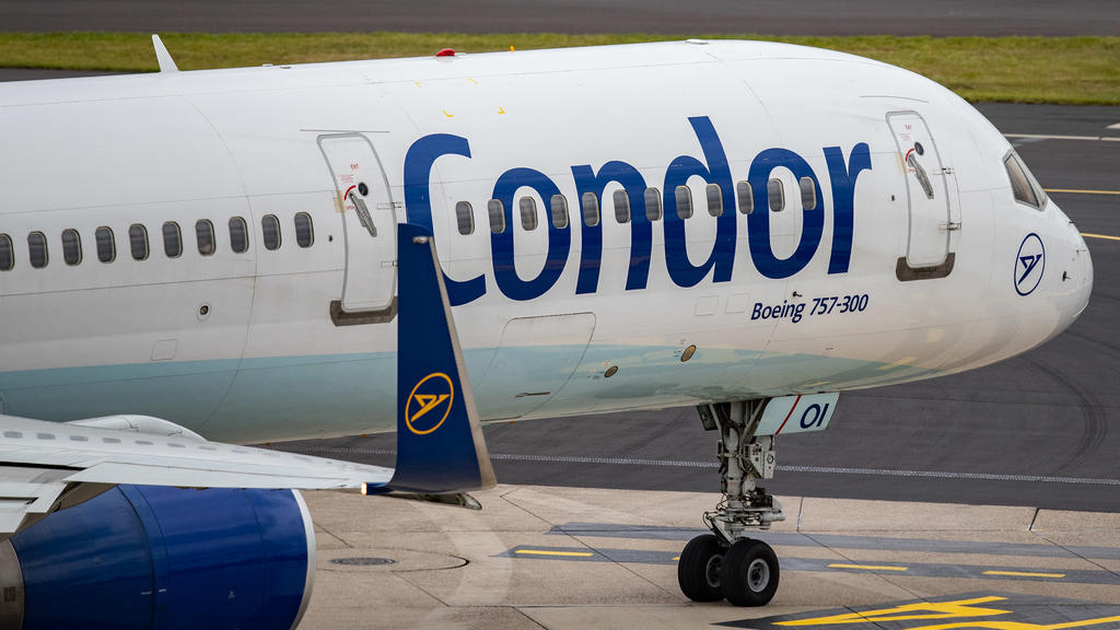 ARCHIV - 25.09.2019, Düsseldorf: Eine Maschine der Fluggesellschaft Condor rollt über das Vorfeld am Düsseldorfer Flughafen. (zu dpa «Käufer für Ferienflieger Condor gefunden») Foto: Marcel Kusch/dpa +++ dpa-Bildfunk +++