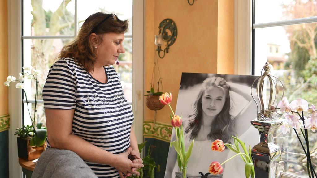 Rebeccas Mutter Brigitte vor dem Bild ihrer Tochter