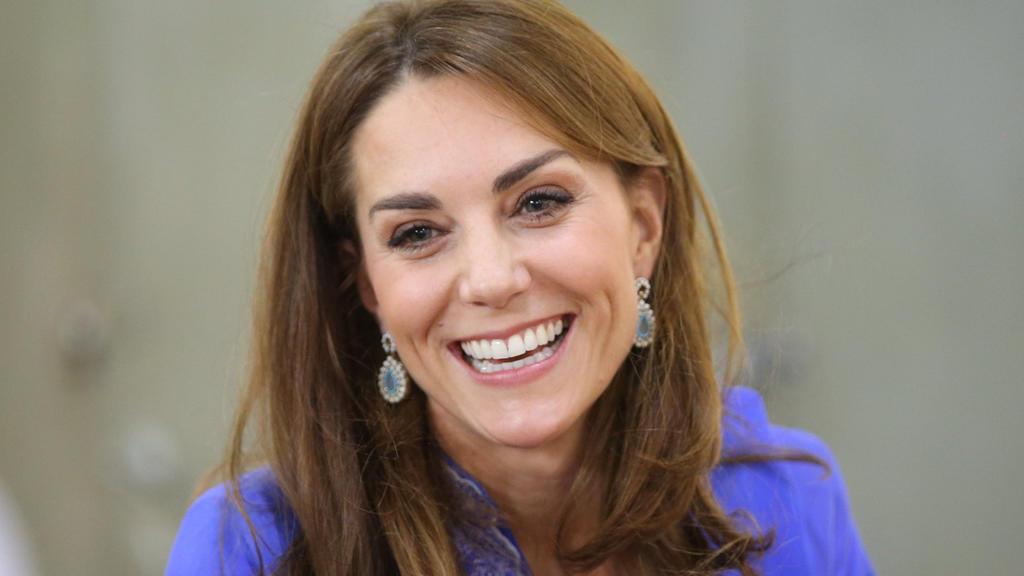 ARCHIV - 15.10.2019, Pakistan, Islamabad: Catherine, Herzogin von Cambridge, lächelt bei ihrem Besuch einer staatlich geführten Schule im Zentrum von Islamabad am zweiten Tag des königlichen Besuchs in Pakistan. (zu dpa Herzogin Kate: Oma als Vorbild