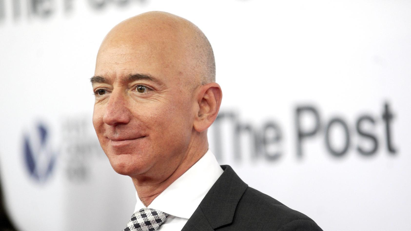 Dem Forbes-Magazin zufolge besitzt Jeff Bezos ein Vermögen von knapp 130 Milliarden Dollar.