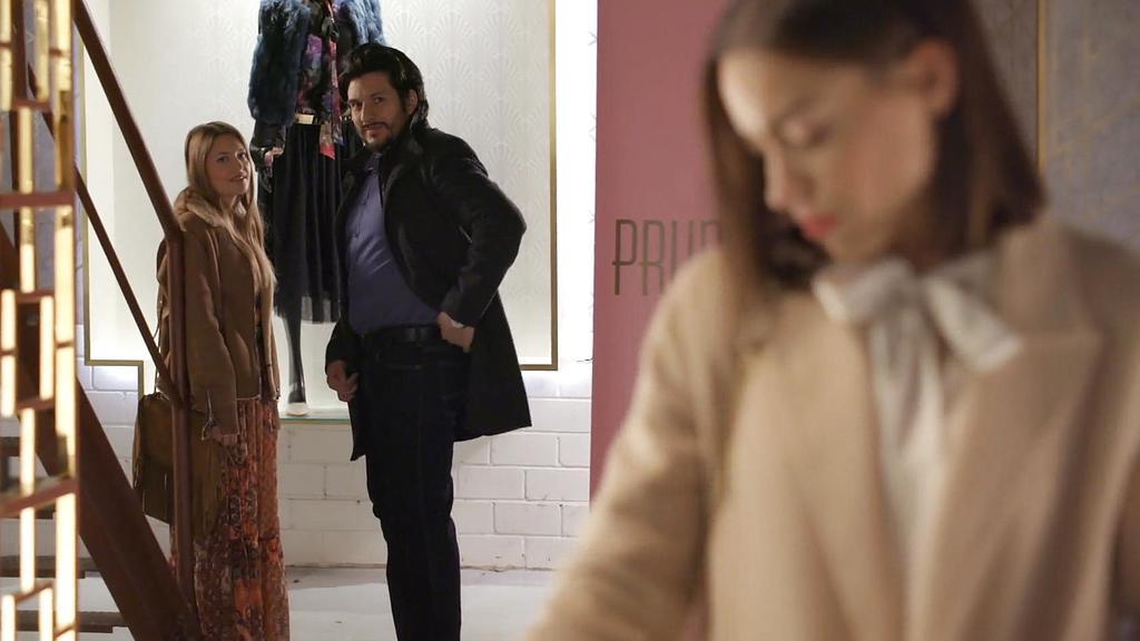 """AWZ: Nathalie und Maximilian sehen, dass die Frau aus dem """"A 40"""" wieder aufgetaucht ist."""