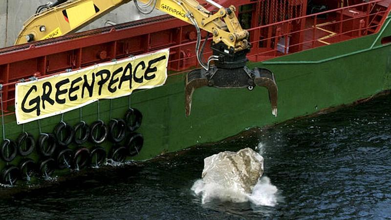 Greenpeace: Steine ins Meer geworfen