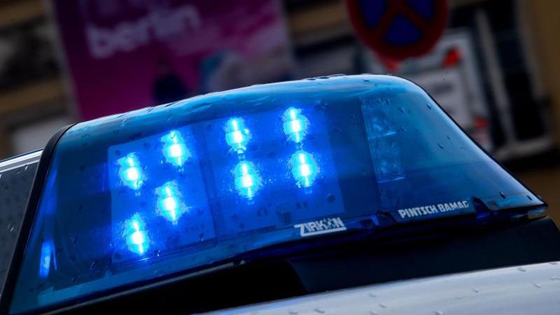 Mit Blaulicht am Einsatzort und dann in voller Montur ins Wasser - so hat ein Polizist  die 75-Jährige gerettet. (Archivbild)