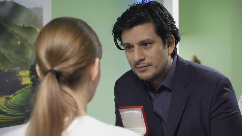 AWZ: Maximilian macht Nathalie ein Geschenk.