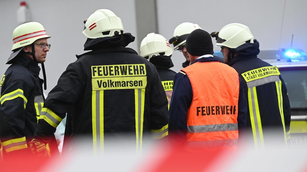 Volkmarsen: Feuerwehrleute stehen an der Unfallstelle.