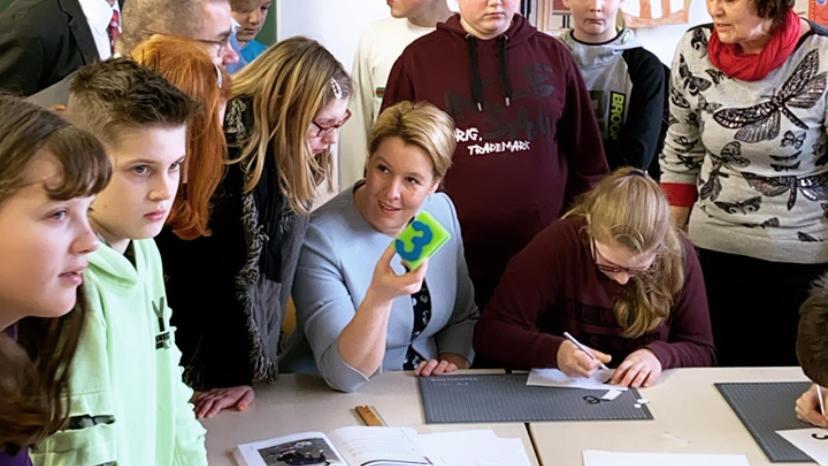 Giffey mit Schülern einer Förderschule.