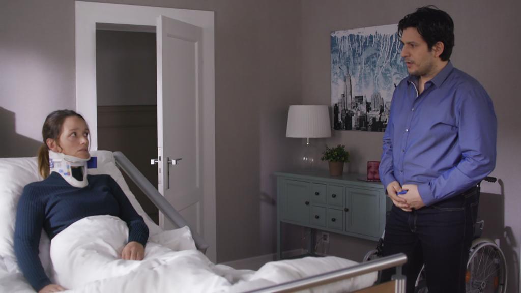 AWZ: Maximilian stattet Jenny einen Krankenbesuch ab.