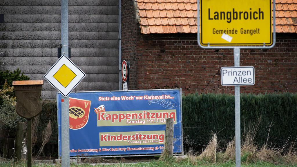 """27.02.2020, Nordrhein-Westfalen, Gangelt: Ein Plakat lädt am Eingang im Ortsteil Langbroich zur Karnevalsveranstaltung """"Kappensitzung"""". In Gangelt im Kreis Heinsberg sind die rund 300 Besucher der Karnevalsveranstaltung aufgerufen, sich bei den Behör"""