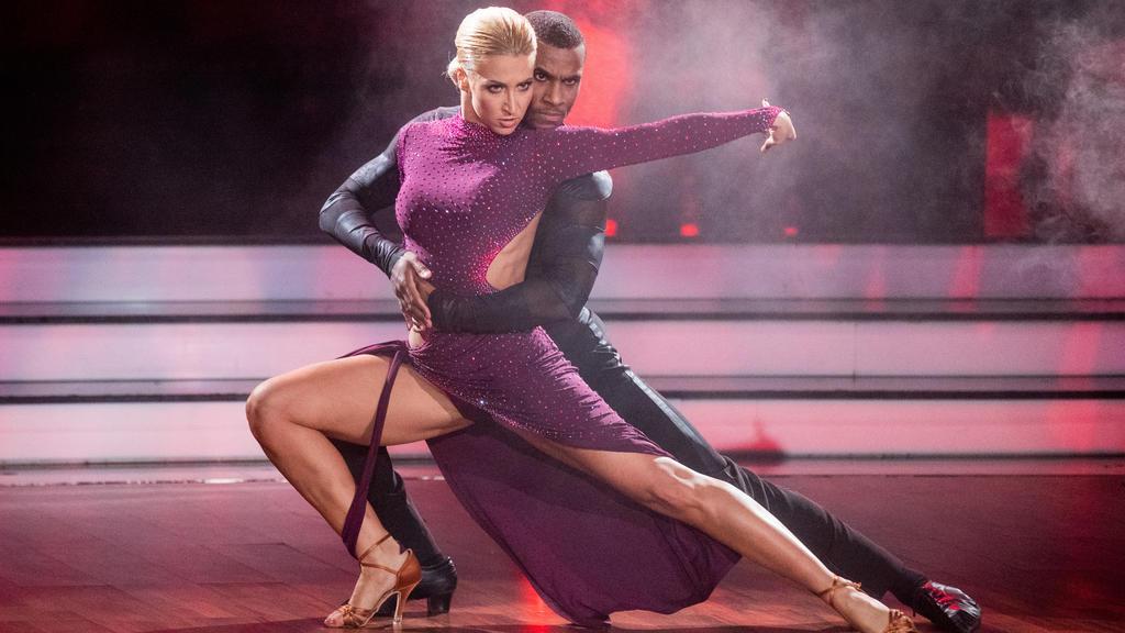 """Leidenschaft pur auf dem """"Let's Dance""""-Parkett: Kathrin Menzinger und Tijan Njie in ihrem Element."""
