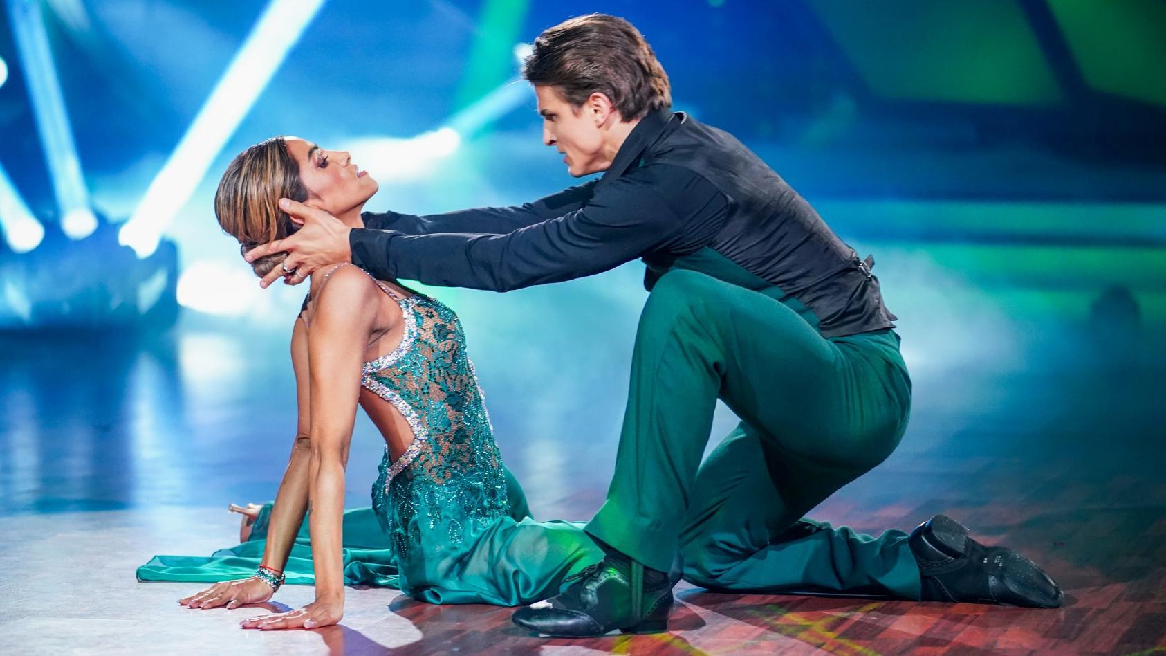 """Sabrina Setlur und Nikita Kuzmin bei ihrem Auftritt in Show 1 von """"Let's Dance""""."""