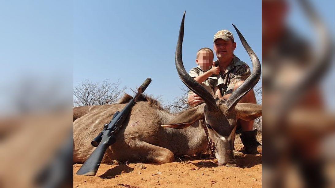 """""""Gerhard wurde zum echten Jäger und schoss heute mit vier Jahren seinen ersten Kudu!"""", steht unter dem Foto, das nach der Jagd aufgenommen wurde."""