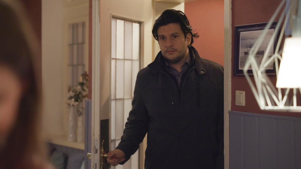 AWZ: Maximilian sieht Nathalie mit einem anderen Mann.