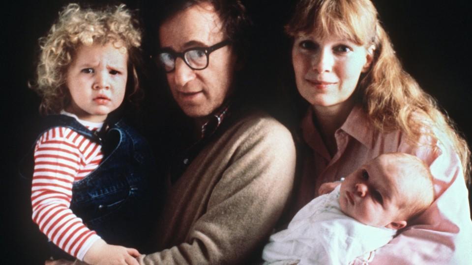 Der amerikanische Filmregisseur und Schauspieler Woody Allen mit seiner Lebensgefährtin Mia Farrow, der Adoptivtochter Dylan O'Sullivan und dem gemeinsamen Sohn Satchel am 14.1.1988. Allen feiert am 1.Dezember 2000 seinen 65. Geburtstag. Der in New Y