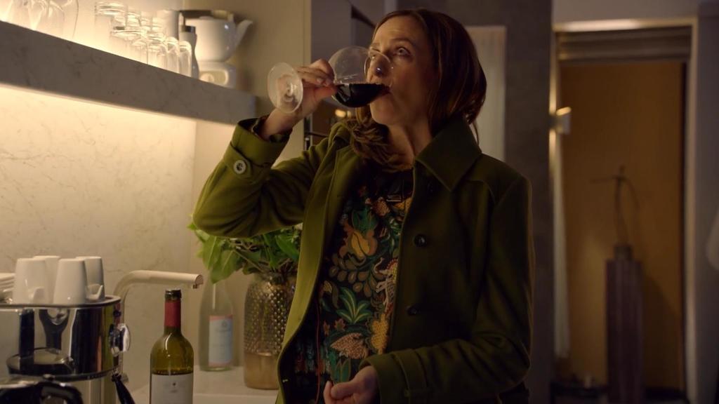 Katrin bekämpft ihre Einsamkeit mit Alkohol.