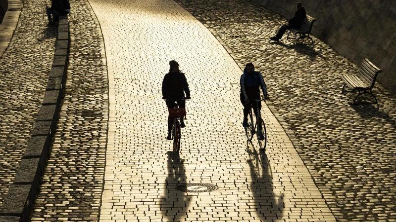 Statt Bus oder Bahn: Das Fahrrad ist in Corona-Zeiten das bessere Fortbewegungsmittel. Auch soziale Kontakte hält man lieber auf zwei Meter Abstand. Foto: Paul Zinken/dpa-Zentralbild/dpa-tmn