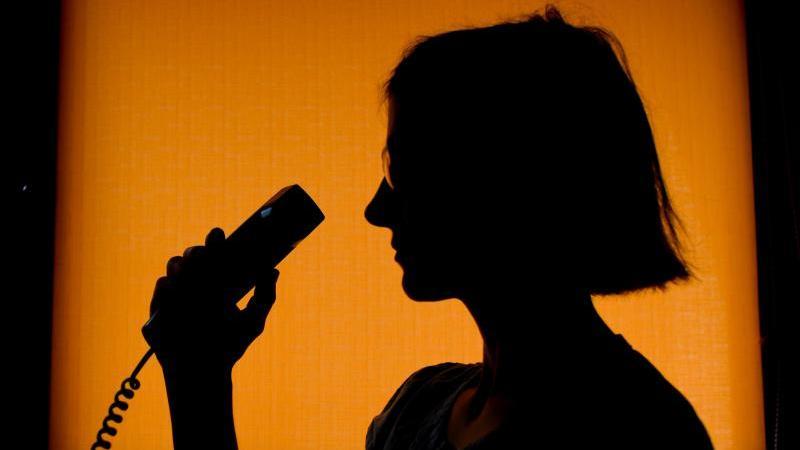 Freiwillige Berater einer britischen Telefonseelsorge haben ihre Position zu Sex-Treffen mit Anruferinnen ausgenutzt.