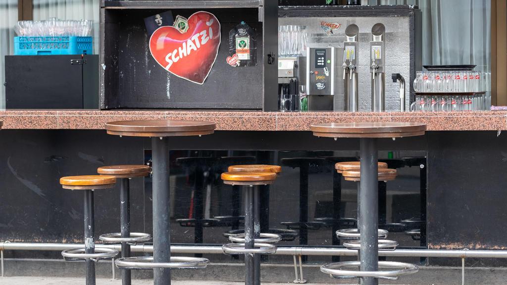dpatopbilder - 13.03.2020, Österreich, Ischgl: Eine leere Bar. Die Region Paznauntal mit dem Touristenort Ischgl steht in Österreich neben weiteren Orten wegen einer erhöhten Zahl von Coronavirus-Fällen unter Quarantäne. Foto: Jakob Gruber/APA/dpa ++