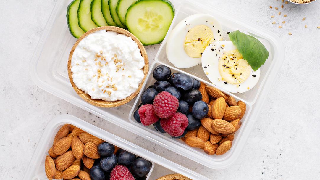 Nüsse, Quark und Eier liefern Eiweiß und machen satt