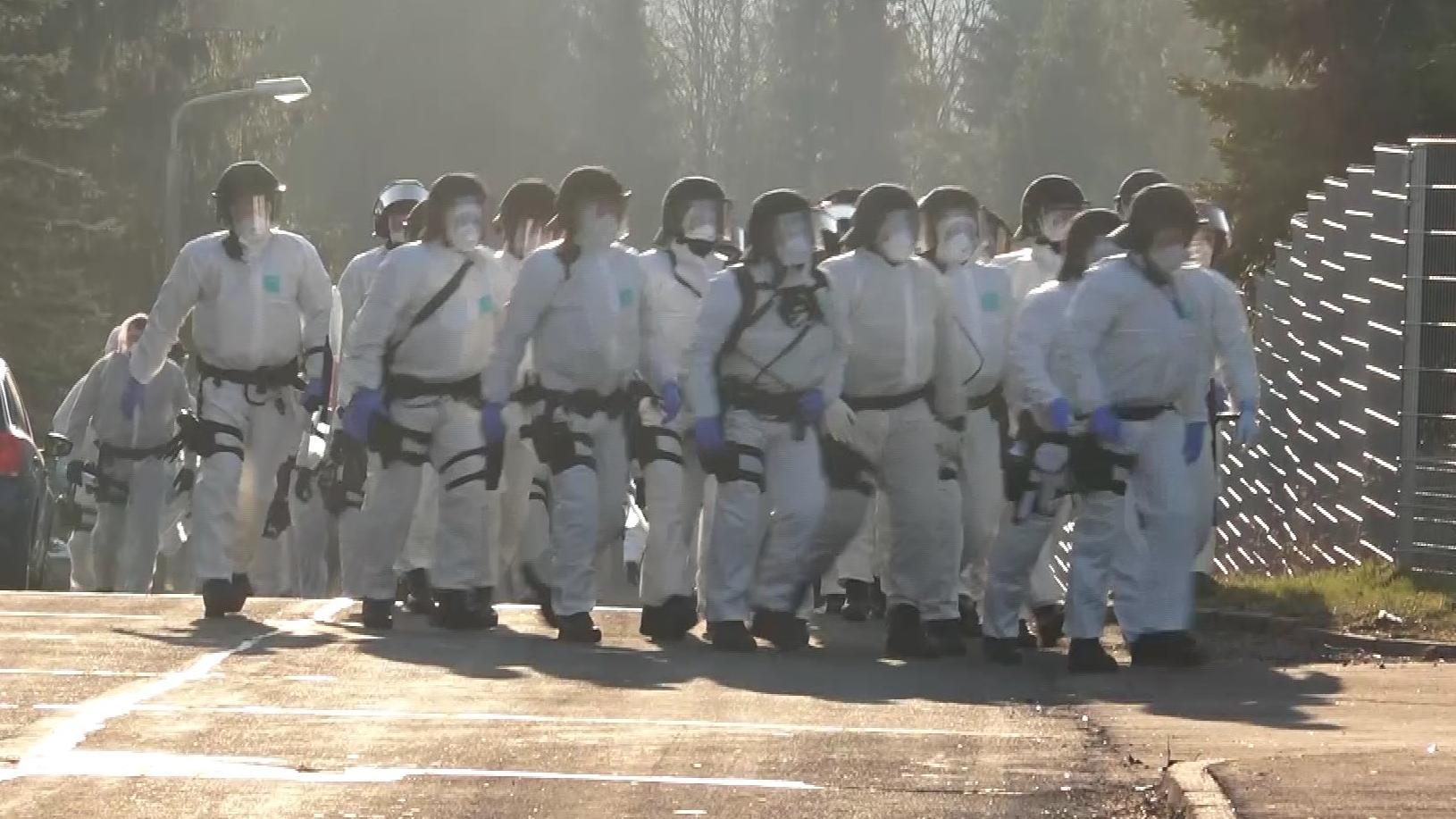 Mehrere Polizei-Hundertschaften waren in der Unterkunft in Suhl im Einsatz.