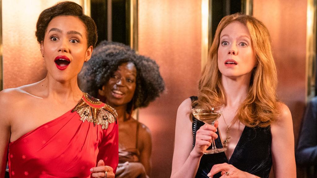 """Nathalie Emmanuel, 2.v.l.) als Maya in """"Vier Hochzeiten und ein Todesfall"""" - die Serie."""