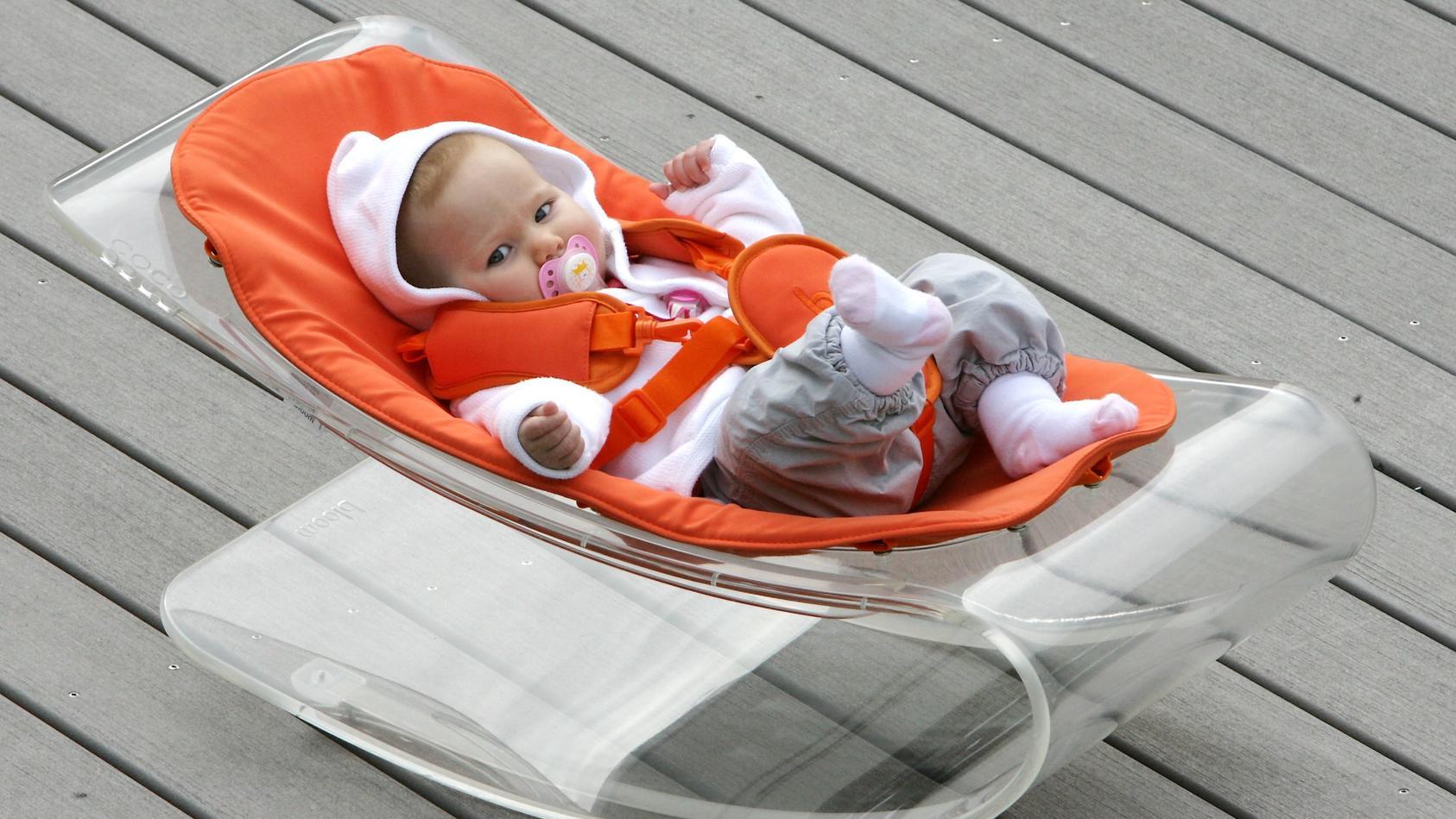 Eine Babywippe bietet dem Kind eine beruhigende Liege, mit der es aktiver am Familienalltag teilnehmen kann. ALle wichtigen Infos und Tipps rund um die nützliche Babyausstattung gibt es hier.
