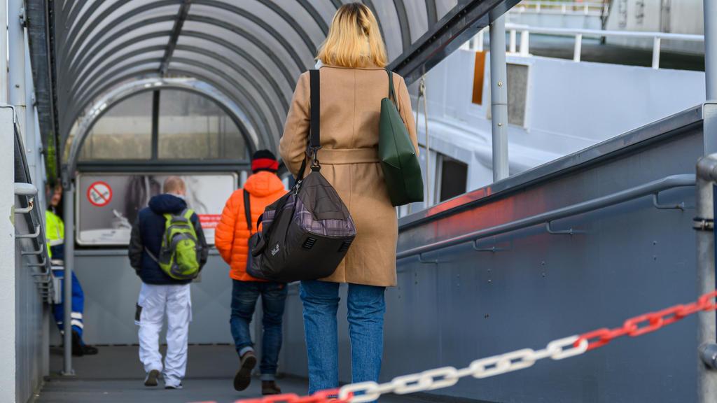 16.03.2020, Niedersachsen, Norddeich: Reisende betreten am Fährhafen von Norddeich die Norderney-Fähre ·Frisia IV·. Ab diesem Montag dürfen aufgrund einer Verfügung des Landes Niedersachsen keine Gäste mehr auf die Ostfriesischen Inseln reisen - ausg