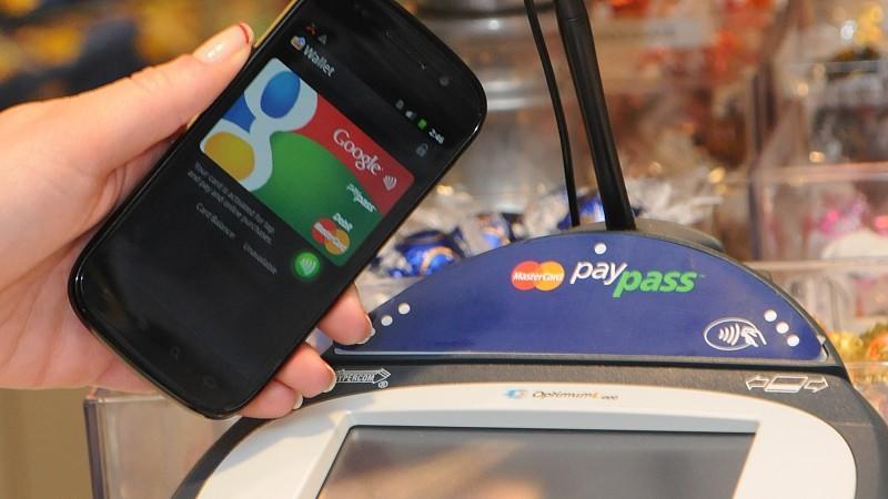 ARCHIV - ILLUSTRATION - Ein Google-Smartphone wird an einer Supermarkt-Kasse neben ein so genanntes PayPass-Gerät zur elektronischen Zahlungsabwicklung gehalten (undatiertes Google-Handout). Seit Jahren wird prophezeit, dass Smartphones bald die Brie