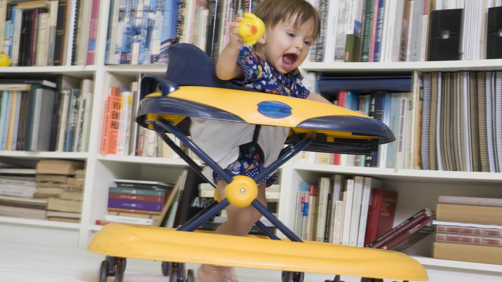 Lauflerngeräte können das Baby beim aufrecht laufen unterstützen, sind unter Eltern und Experten aber auch sehr umstritten.