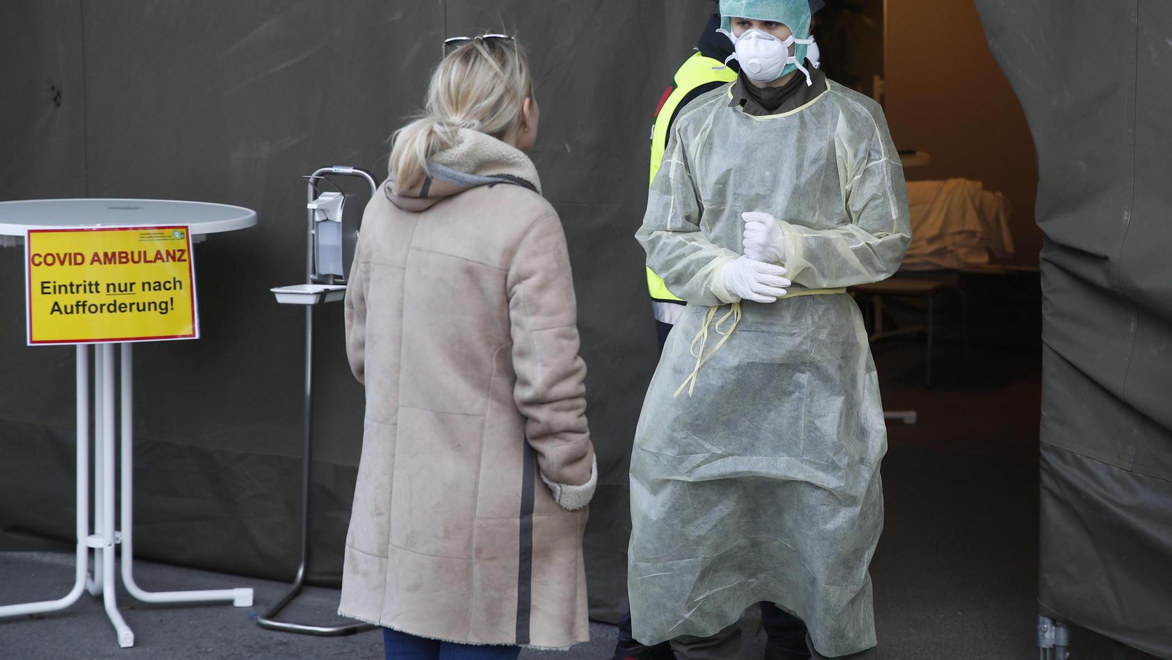 Coronavirus in Österreich. Ein Soldat des Österreichischen Bundesheeres steht während der Corona-Pandemie in Schutzanzug vor der Notaufnahme des Krankenhauses «LKH» Graz