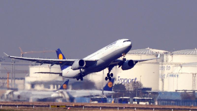 ARCHIV - Ein Flugzeug der Lufthansa startet am 13.03.2014 vom Flughafen in Frankfurt am Main (Hessen). Foto: Daniel Reinhardt/dpa (zu dpa «Lufthansa fliegt mehr und verdient weniger» vom 11.06.2014) +++(c) dpa - Bildfunk+++